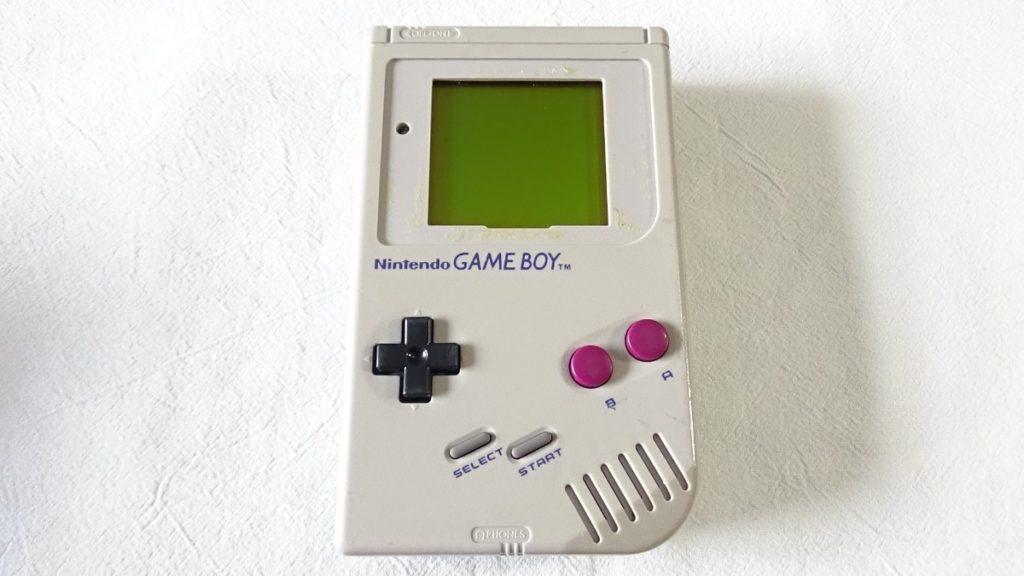 Esta es una imagen del game boy clasico una de las consolas portatiles  de la infancia