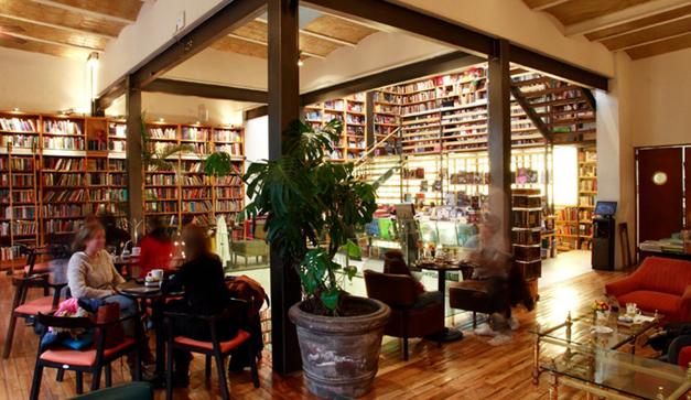 Foto de la sucursal Roma de la Cafebrería El Péndulo. Una de las cafeterias famosas en mexico