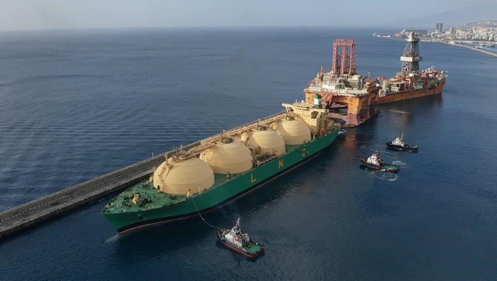 Barco anclado - medios de transporte del comercio internacional