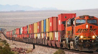 Tren de carga - medios de trasporte del comercio internacional.