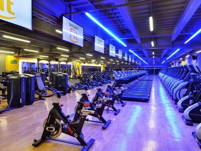 ¡Puedes aprender a como hacer ejercicio desde un gimnasio o cómo hacer ejercicio desde casa!